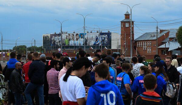 Болельщики у спортивной базы Бронницы, где прошла тренировка сборной Аргентины по футболу