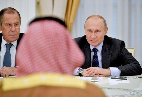 Президент РФ Владимир Путин (справа) во время встречи с наследным принцем Саудовской Аравии Мухаммедом ибн Салманом Аль Саудом