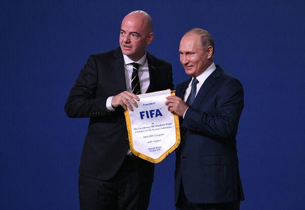 Владимир Путин и Джанни Инфантино (справа)