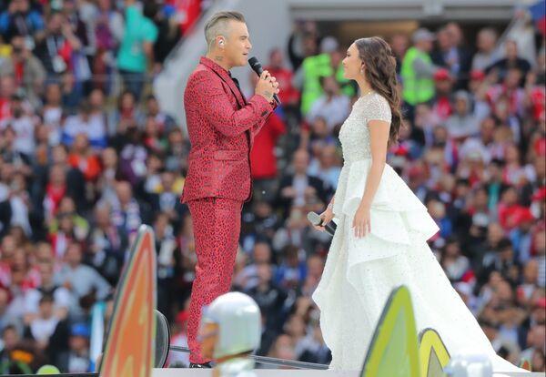Певец Робби Уильямс и оперная певица Аида Гарифуллина выступают на церемонии открытия чемпионата мира по футболу 2018