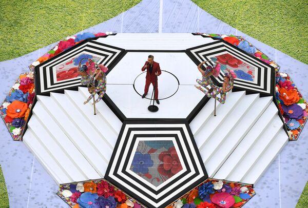 Певец Робби Уильямс выступает на церемонии открытия чемпионата мира по футболу 2018