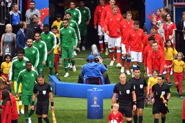 Игроки выходят на поле перед началом матча