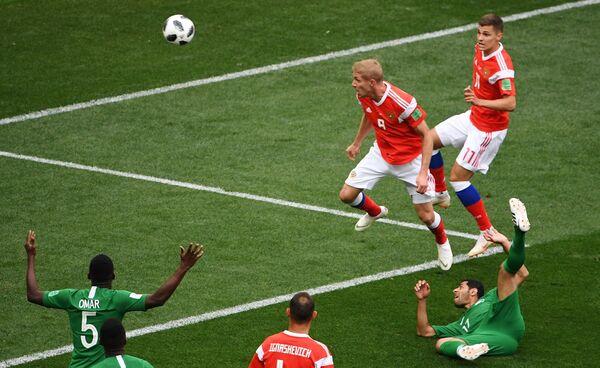 Юрий Газинский забивает гол в матче группового этапа чемпионата мира 2018 между сборными России и Саудовской Аравии
