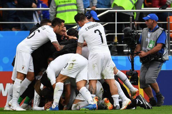 Игроки сборной Уругвая радуются забитому голу
