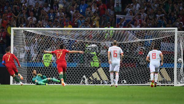 Криштиану Роналду забивает гол с пенальти