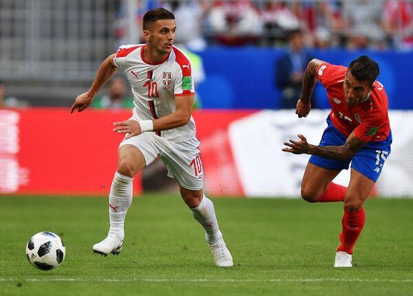 Полузащитник сборной Сербии Душан Тадич и крайний защитник костариканцев Франсиско Кальво (слева направо)