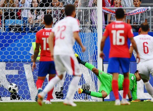 Вратарь сборной Коста-Рики Кейлор Навас пропускает гол