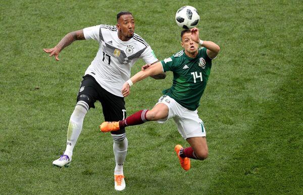 Защитник немецкой сборной Жером Боатенг и мексиканский нападающий Хавьер Эрнандес (Слева направо)