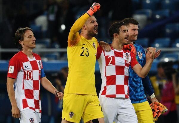 Футболисты сборной Хорватии Лука Модрич, вратарь Даниел Субашич, Шиме Врсалько, вратарь Доминик Ливакович (слева направо) радуются победе