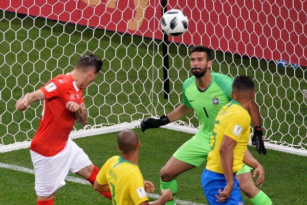 Полузащитник сборной Швейцарии Стивен Цубер забивает гол в ворота бразильского вратаря Алисона (слева направо)