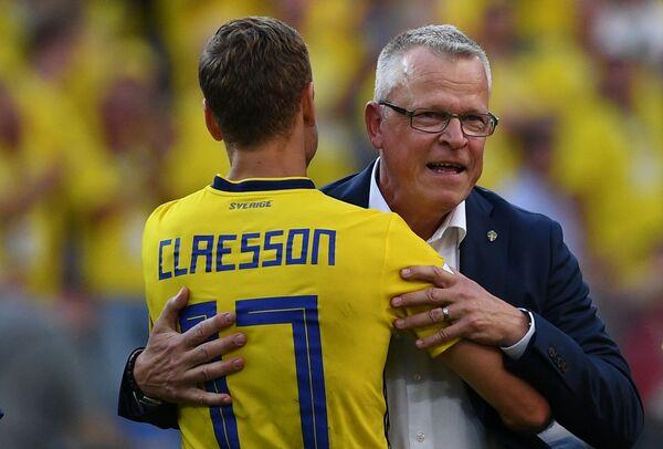 Полузащитник сборной Швеции Виктор Классон и главный тренер сборной Швеции Янне Андерссон (Слева направо)