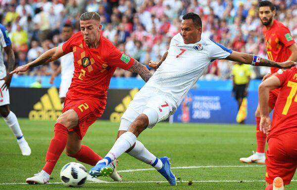 Защитник сборной Бельгии Тоби Алдервейрелд и нападающий сборной Панамы Блас Перес (Слева направо)