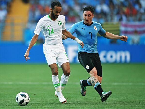 Полузащитники сборной Уругвая Кристиан Родригес и Саудовской Аравии Абдулла Отайф (слева)