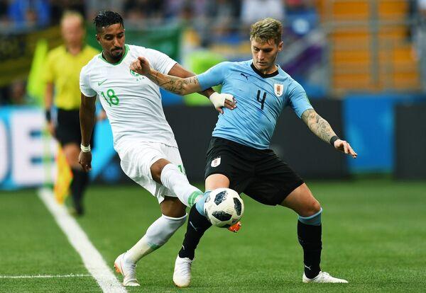 Хавбек сборной Саудовской Аравии Салем Аль-Досари и защитник сборной Уругвая Гильермо Варела (слева направо)