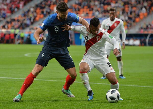 Форвард сборной Франции Ольвье Жиру и хавбек сборной Перу Кристиан Куэва (слева направо)
