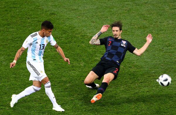 Полузащитник сборной Аргентины Максимилиано Меса и защитник сборной Ховартии Шиме Врсалько (слева направо)