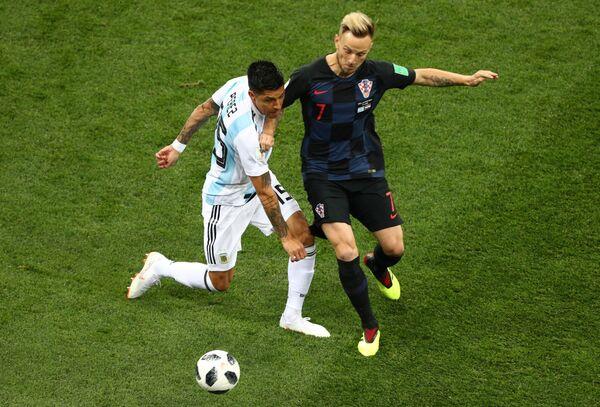 Хавбек сборной Аргентины Мануэль Лансини (Аргентина) и полузащитник сборной Хорватии Иван Ракитич (слева направо)