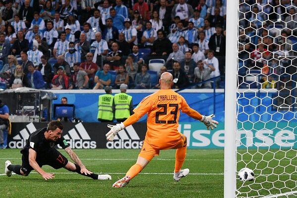 Форвард сборной Хорватии Марио Манджукич и вратарь сборной Аргентины Вильфредо Кабальеро (слева направо)