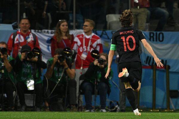 Хавбек сборной Хорватии Лука Модрич радуется забитому мячу