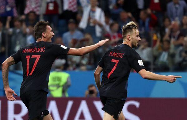 Футболисты сборной Хорватии Марио Манджукич и Иван Ракитич (слева направо) радуются забитому голу