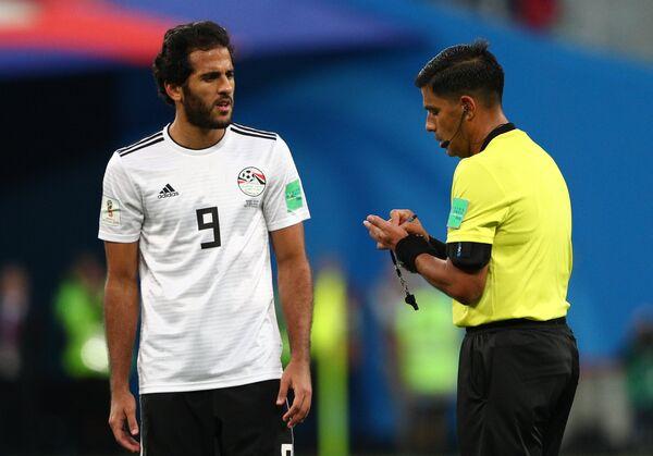 Нападающий сборной Египта Марван Мохсен и главный судья Энрике Касерес Вильяфанте (Слева направо)