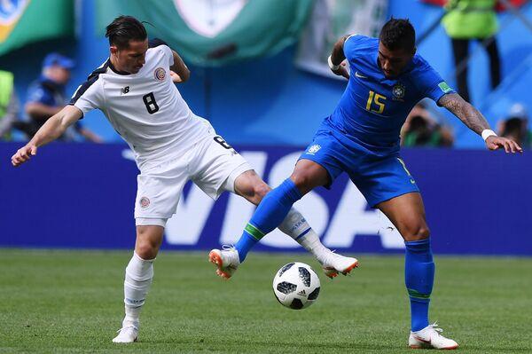 Полузащитник сборной Коста-Рики Брайан Овьедо и бразильский хавбек Паулиньо (Слева направо)