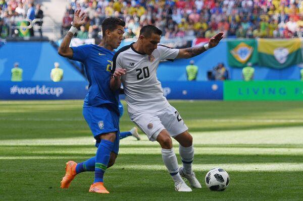 Нападающий сборной Бразилии Роберто Фирмино и полузащитник костариканцев Давид Гусман (Слева направо)