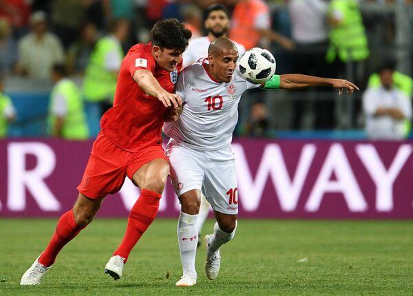 Защитник сборной Англии Гарри Магуайр и форвард сборной Туниса Вахби Хазри (слева направо)