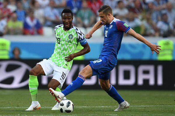 Полузащитник нигерийцев Джон Оби Микел и полузащитник сборной Исландии Гильфи Сигурдссон (Слева направо)