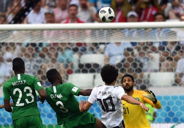 Защитники Саудовской Аравии Мутаз Хавсави и Усама Хаусави, египетский полузащитник Мохаммед Салах и вратарь саудовцев Асер Аль-Мусайлим (Слева направо)