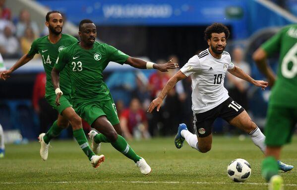 Полузащитник сборной Египта Мохаммед Салах и защитник саудовцев Мутаз Хавсави (Справа налево)