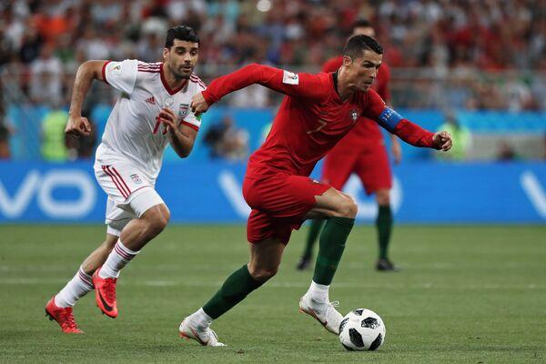 Полузащитник сборной Ирана Вахид Амири и нападающий сборной Португалии Криштиану Роналду (слева направо)