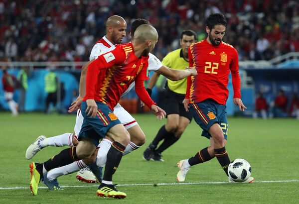 Футболисты сборной Испании Давид Сильва и Иско (Слева направо)