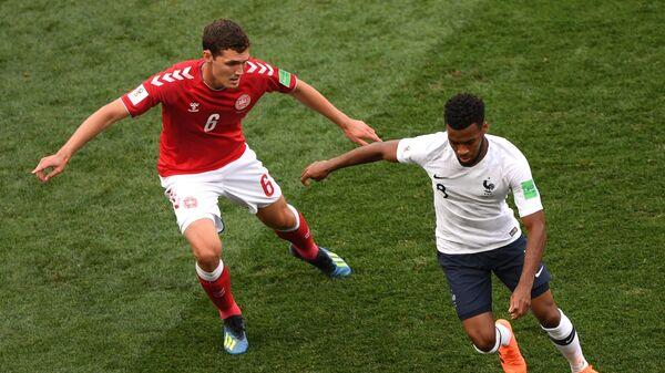 Защитник датчан Андреас Кристенсен и полузащитник сборной Франции Тома Лемар (Слева направо)