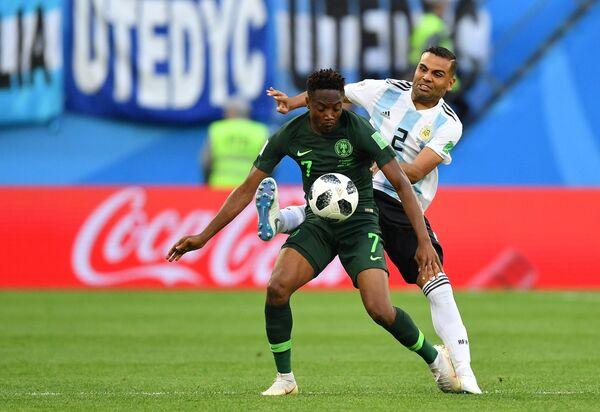 Нападающий нигерийцев Ахмед Муса и защитник сборной Аргентины Габриэль Меркадо (Слева направо)