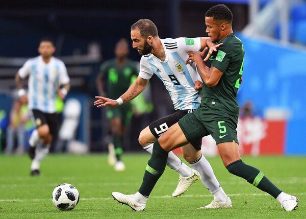Нападающий сборной Аргентины Гонсало Игуаин и нигерийский защитник Уильям Эконг (Слева направо)