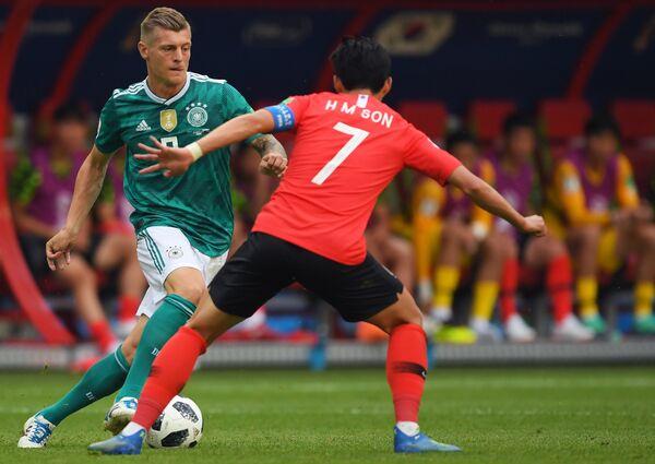 Полузащитник сборной Германии Тони Кроос и корейский капитан Сон Хын Мин (Слева направо)