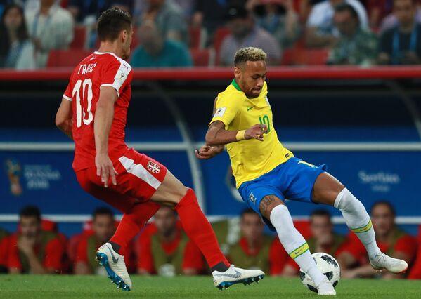Полузащитник сборной Сербии Душан Тадич и бразильский форвард Неймар (Слева направо)