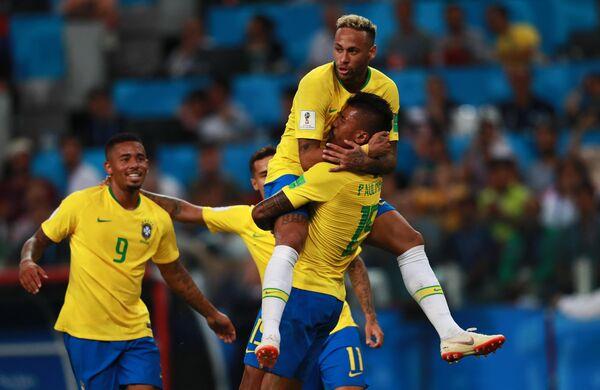 Футболисты сборной Бразилии Габриэл Жезус, Неймар и Паулиньо (Слева направо)