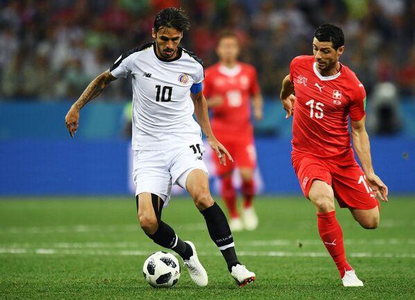 Нападающий сборной Коста-Рики Брайан Руис и полузащитник сборной Швейцарии Блерим Джемайли (слева направо)