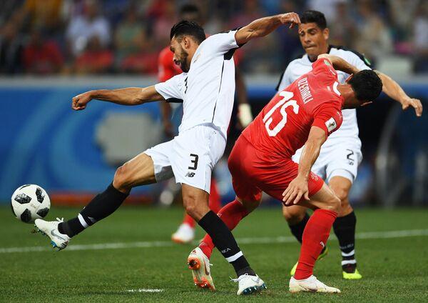 Защитник сборной Коста-Рики Джанкарло Гонсалес и полузащитник сборной Швейцарии Блерим Джемайли (слева направо)