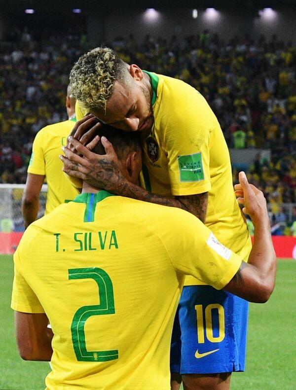 Футболисты сборной Бразилии Тиаго Силва и Неймар (Слева направо)