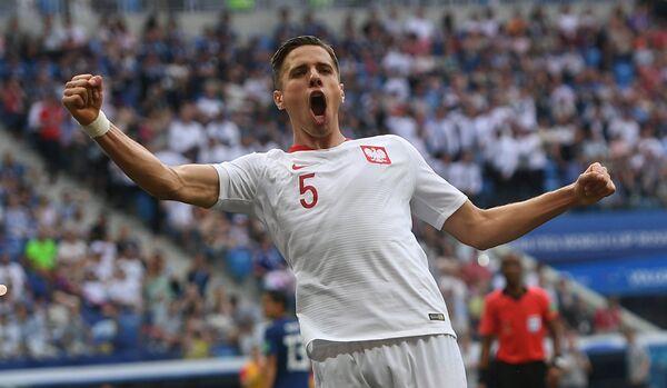 Защитник сборной Польши Ян Беднарек радуется забитому мячу