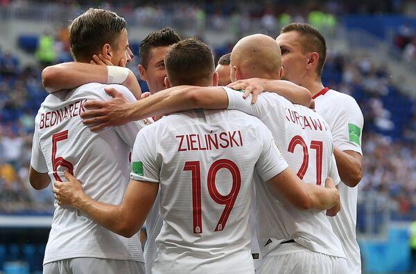 Футболисты сборной Польши Ян Беднарек, Пётр Зелиньский и Рафал Курзава (слева направо) радуются забитому голу