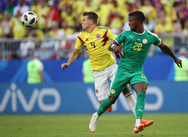 Защитник сборной Колумбии Сантьяго Ариас и форвард сборной Сенегала Кейта Бальде (слева направо
