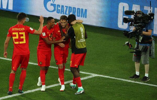 Футболисты сборной Бельгии радуются забитому голу Аднана Янузая (второй справа)