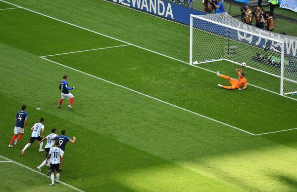 Французский нападающий Антуан Гризманн забивает гол в ворота аргентинского голкипера Франко Армани (слева направо)