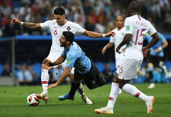 Защитник сборной Португалии Жозе Фонте и уругвайский нападающий Луис Суарес (Слева направо)