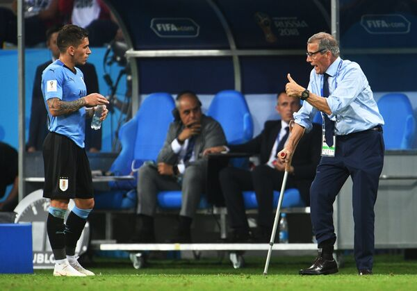 Уругвайский полузащитник Лукас Торрейра и главный тренер сборной Уругвая Оскар Табарес