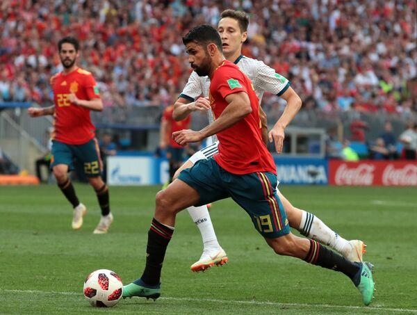 Испанский нападающий Диего Коста и российский полузащитник Далер Кузяев
